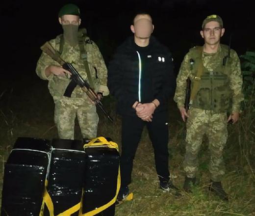 Поблизу кордону з Угорщиною на Закарпатті затримали контрабандиста, який намагався переправити партію сигарет