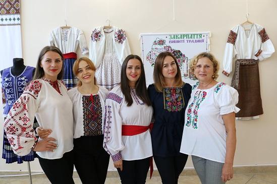 """У скансені в Ужгороді представили виставку """"Дивоцвіт Закарпаття"""""""