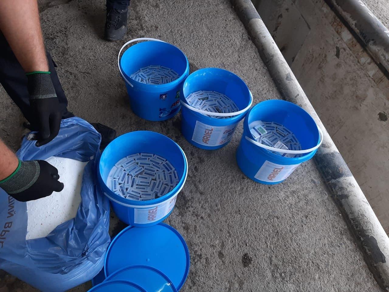 Румун намагався перевезти через кордон на Закарпатті сигарети, сховані у ємностях з пральним порошком