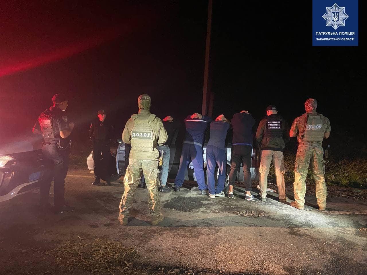 Правоохоронці затримали на Закарпатті групу нелегалів разом з перевізником