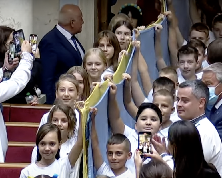 Закарпатський школяр вніс прапор України на урочисте засідання Верховної Ради з нагоди 30-річчя Незалежності (відео)