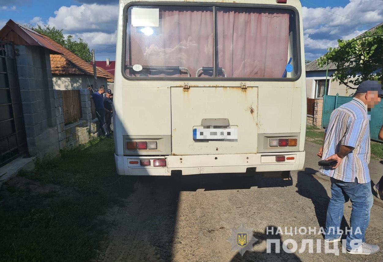 Водій автобусу на Хустщині, рухаючись заднім ходом, збив насмерть пішохода