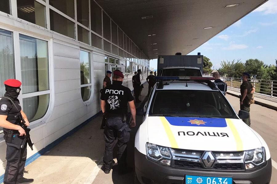 Громадянина Тунісу, що перебував у міжнародному розшуку, передали із Закарпаття угорським правоохоронцям