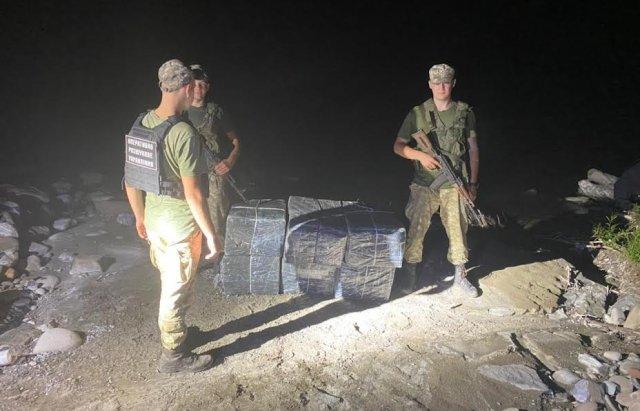 Тікаючи від закарпатських прикордонників, контрабандисти покинули на березі Тиси пакунки з 4500 пачок цигарок