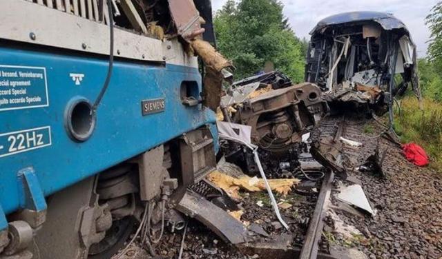 Жахлива аварія сталася на залізниці в Чехії – є загиблі і майже 50 травмованих (ВІДЕО)