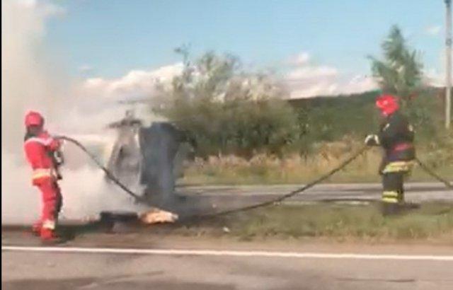Поблизу Ужгорода перекинувся і загорівся автомобіль (ФОТО)