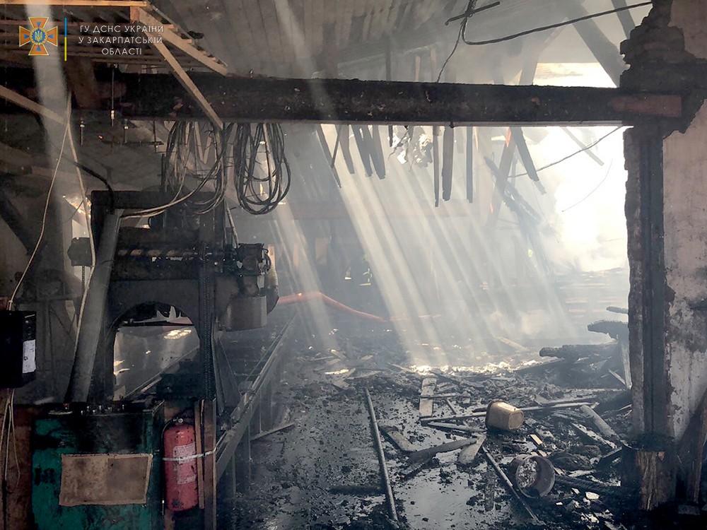 За один день на Закарпатті ледь не згоріли два деревообробні підприємства