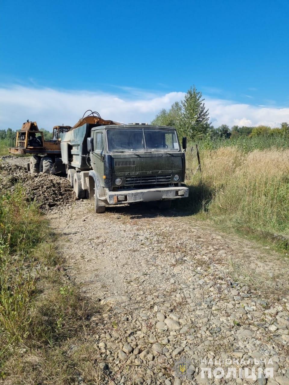 Поліцейські зупинили незаконний видобуток піщано-гравійної суміші з Тиси на Тячівщині
