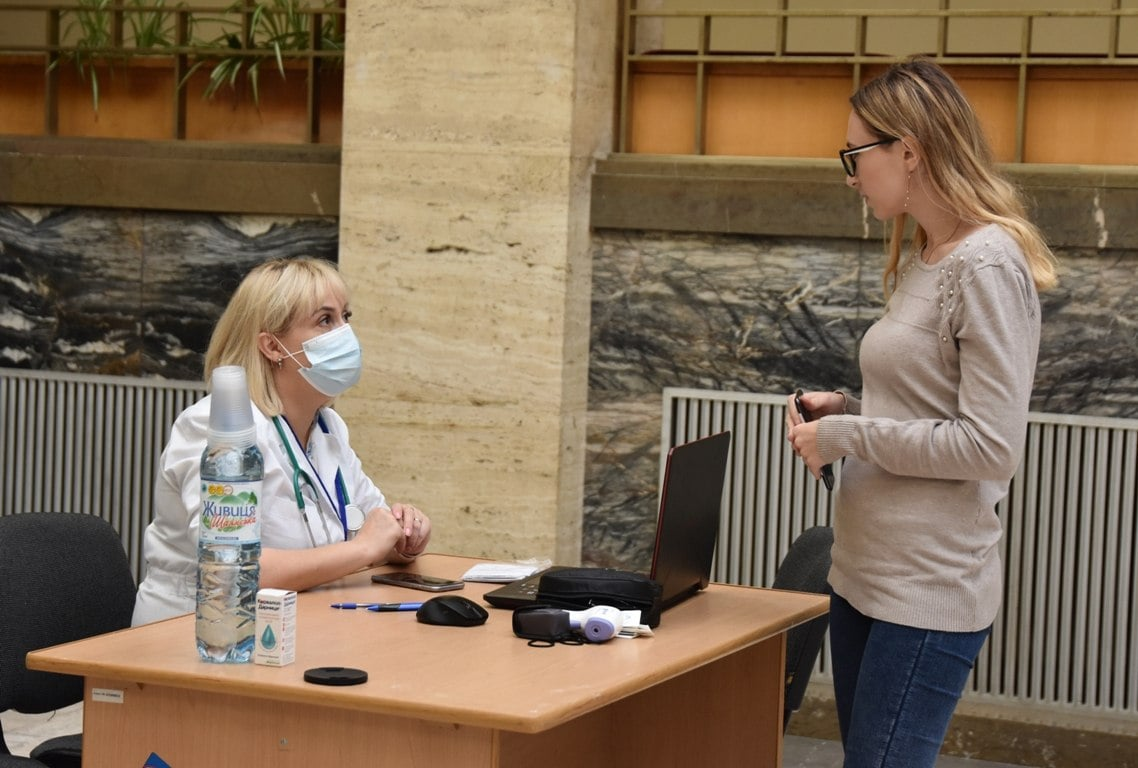 В атріумі Закарпатської ОДА й облради облаштували центр вакцинації (ФОТОФАКТ)