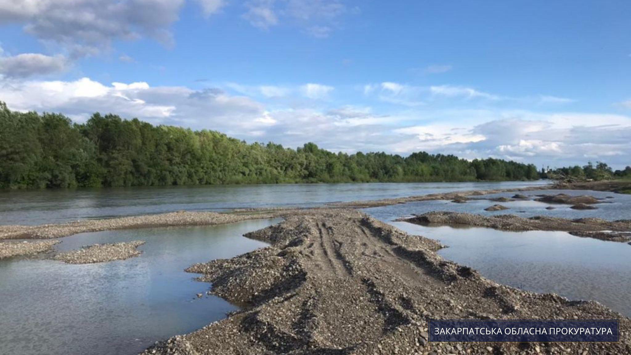 Керівника одного з управлінь водгоспу на Закарпатті та п'ятьох підприємців підозрюють у незаконному видобутку гравію на понад 76 млн. грн.