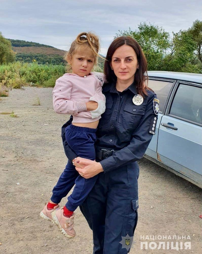У Великому Березному на підприємстві знайдено маленьку дівчинку. Поліцейські шукають батьків