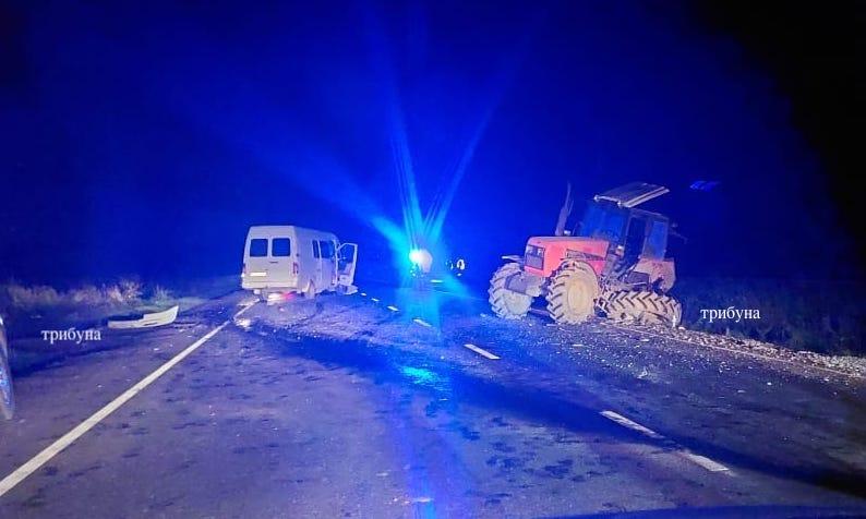 Нічна ДТП під Ужгородом, бус врізався у трактора (фото)