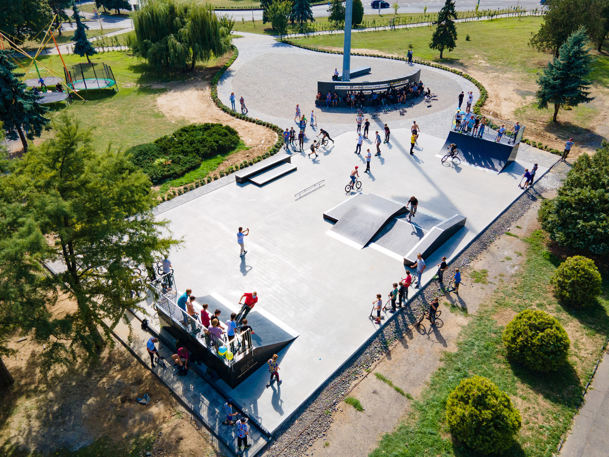 На площі Богдана Хмельницького в Ужгороді відкрили сучасний скейт-майданчик