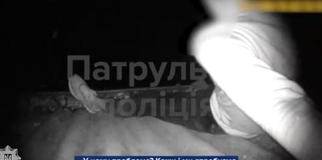 Ужгородські патрульні переконали чоловіка на даху не вчиняти самогубство (ВІДЕО)