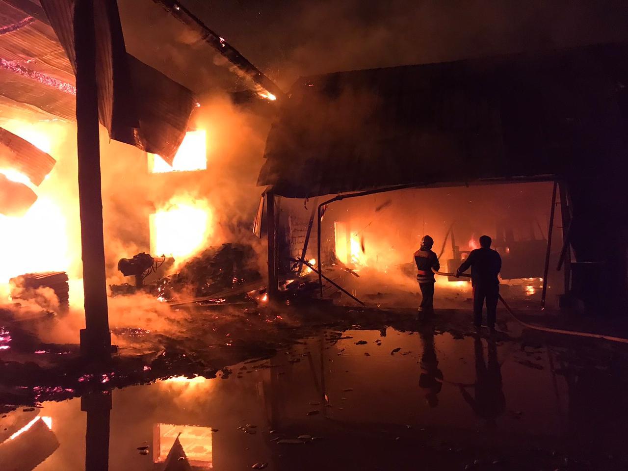 Під час масштабної пожежі у деревообробному цеху на Тячівщині загинув охоронець