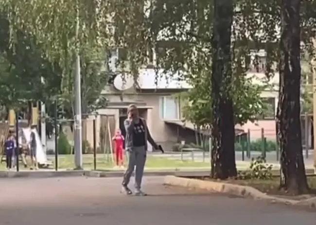 Поблизу дитячого майданчика в Мукачеві розгулювала озброєна жінка (ФОТО, ВІДЕО)