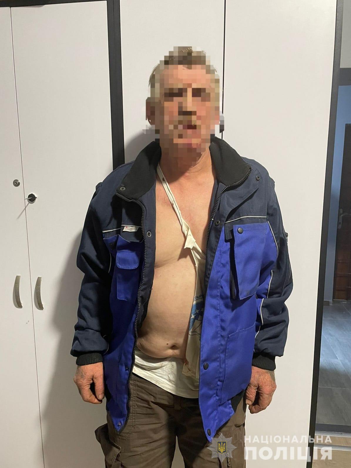Озброєний будівельним молотком та ножем мешканець Тячівщини покалічив дружину та травмував доньку, що намагалася її захистити
