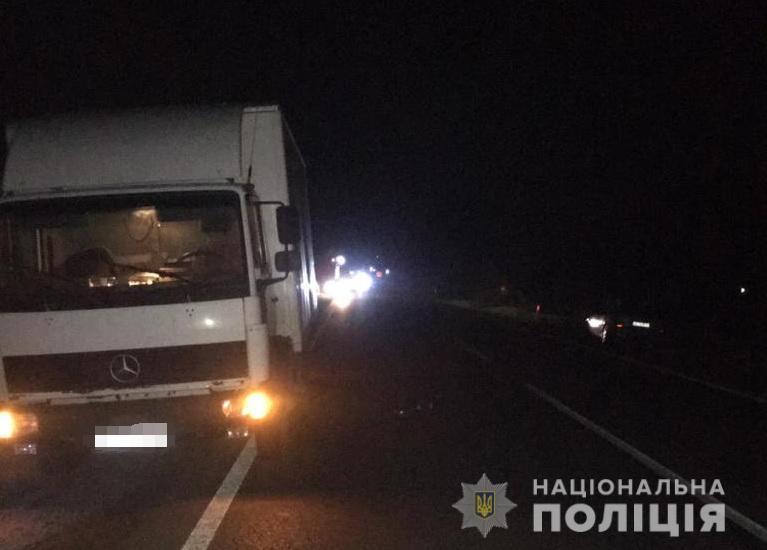 Поблизу Виноградова водій вантажівки збив двох пішоходів – один з них помер в реанімації