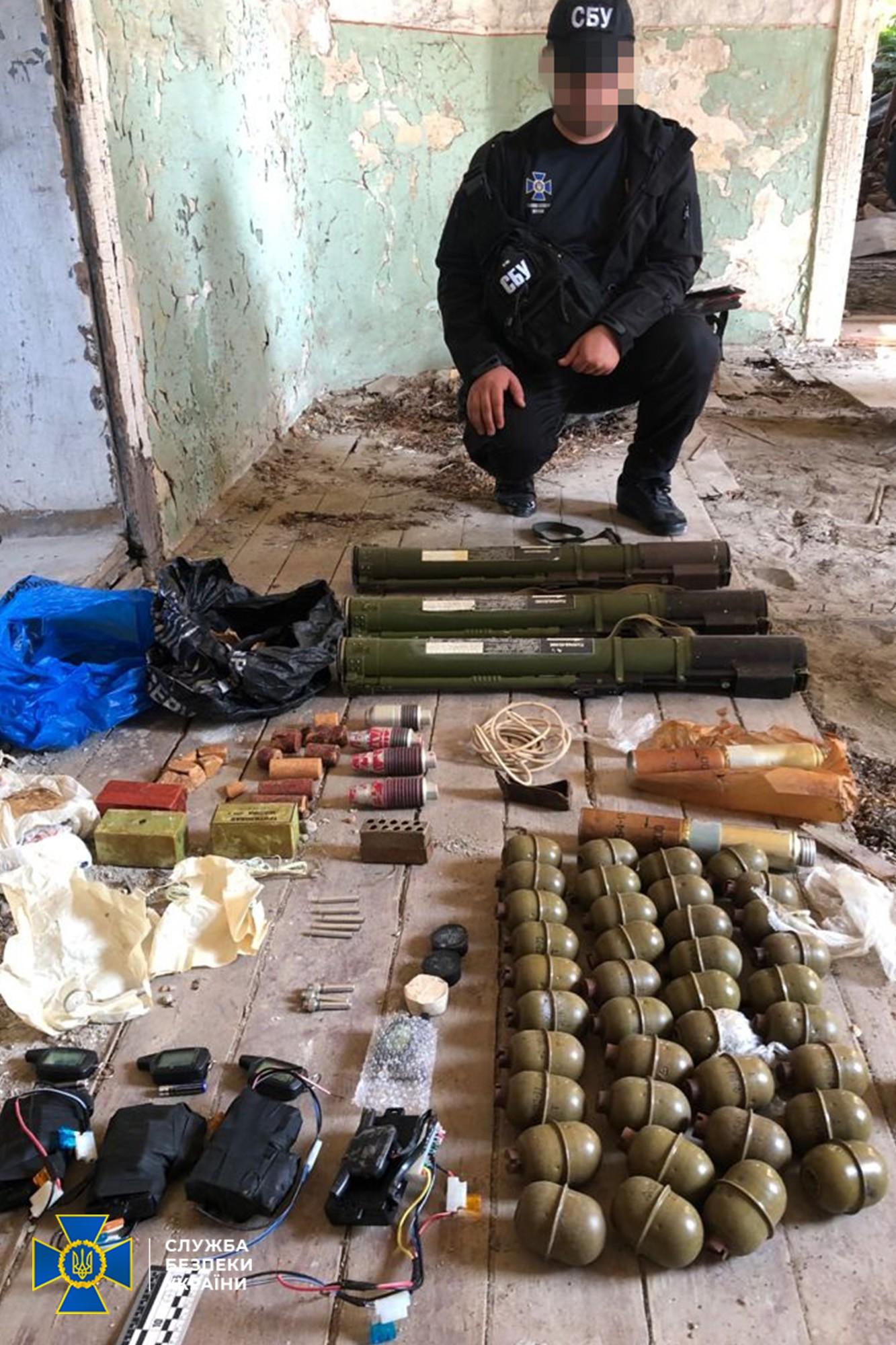 У покинутій будівлі на Берегівщині виявили тайник зі зброєю та вибухівкою
