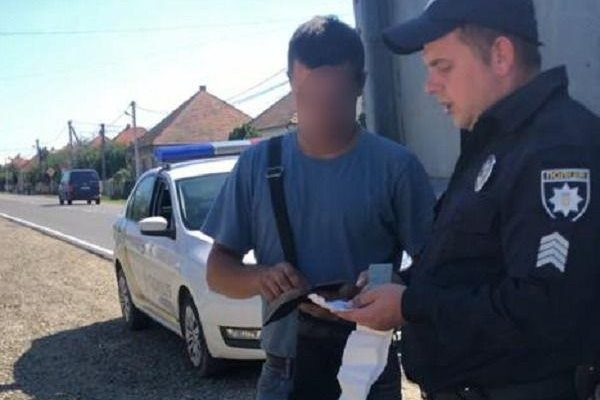 На Ужгородщині водій, що перевозив нелегальну деревину, намагався дати хабаря поліцейському
