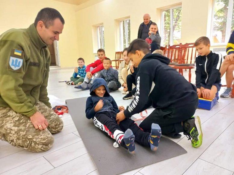 Військовослужбовець Ерік Глеба провів для закарпатських дітей тренінг з основ надання долікарської медичної допомоги (фото)
