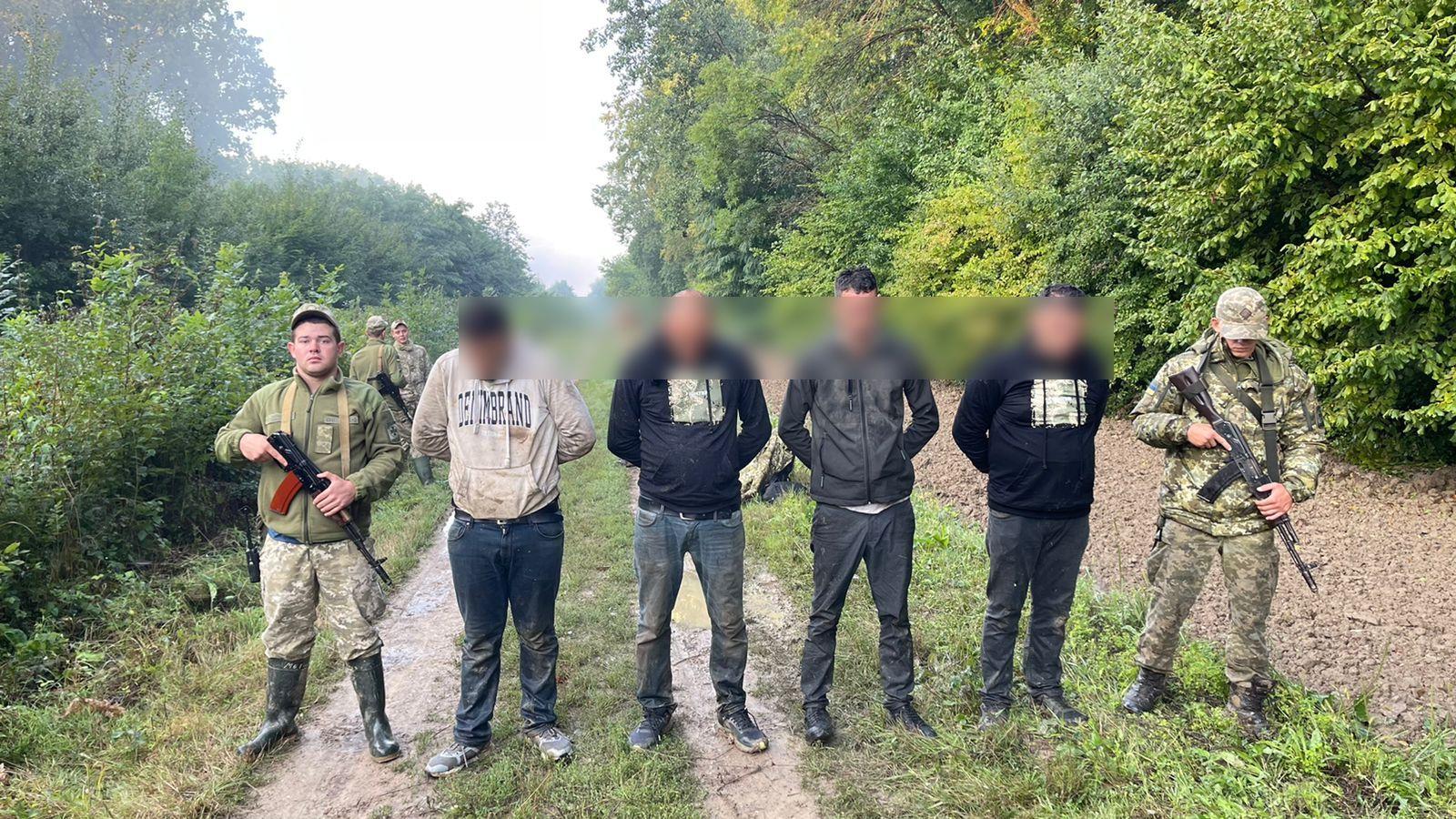 Поблизу кордону з Угорщиною на Закарпатті з пострілами затримували групу нелегалів