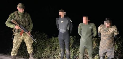 """На березі Тиси закарпатські прикордонники затримали трьох """"водолазів"""""""