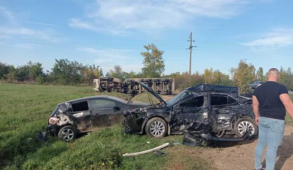 Масштабна автотроща на Берегівщині: каміон понищив кілька легковиків і перекинувся