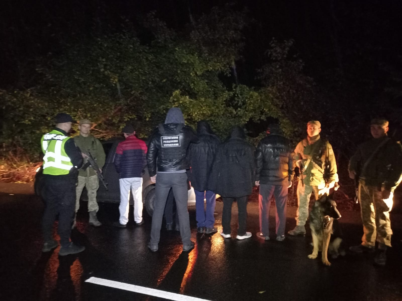 Закарпатські прикордонники затримали групу нелегалів з Узбекистану разом з переправником
