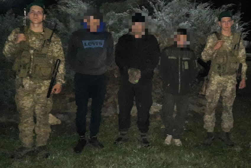 """Закарпатські прикордонники затримали контрабандистів із """"виручкою"""""""