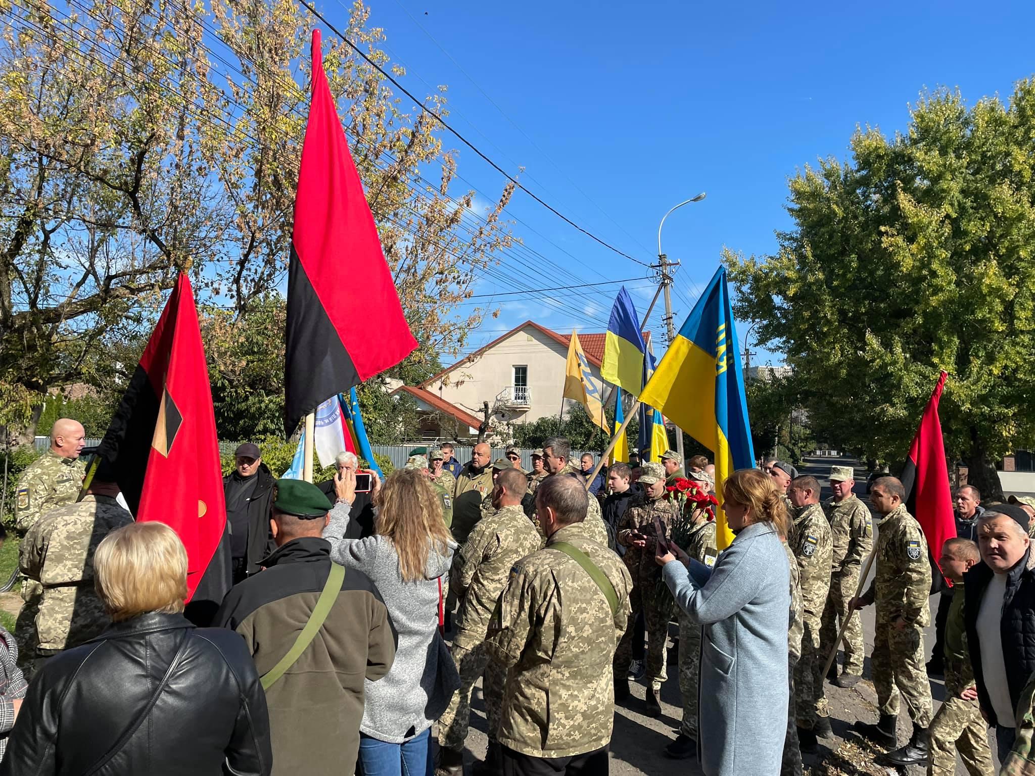 В Ужгороді воїни АТО вклонились могилам полеглих побратимів (відео)