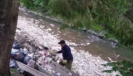 """У нацпарку """"Синевир"""" сміття причепами скидують в річку (відео)"""